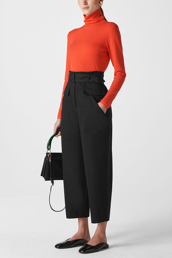Para la oficina, prueba con un pantalón cargo más elegante y dale estilo con un suéter y zapatos planos listos para trabajar.
