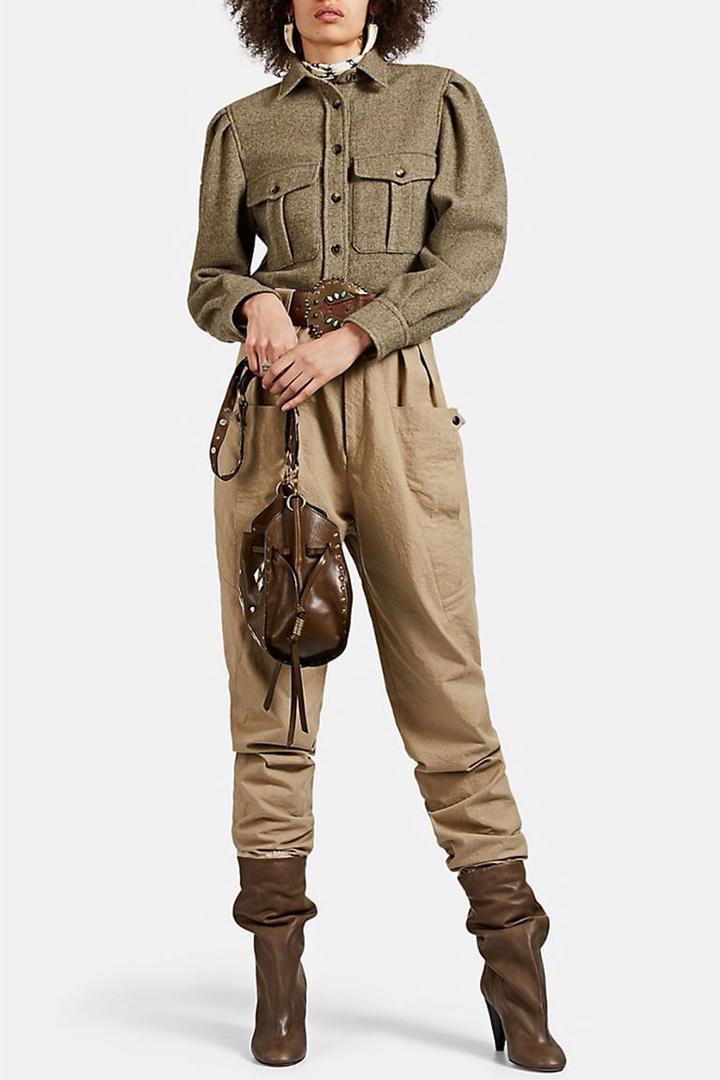 Métete una camisa de franela en los pantalones, luego mete los extremos de tus pantalones en botas holgadas. Ahora tienes un look elegante inspirado en un safari.