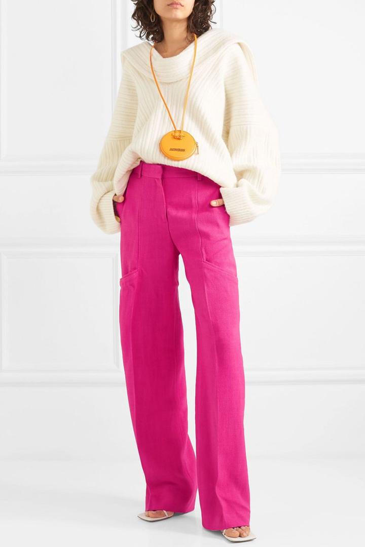Un combo de pantalón, suéter y sandalias es una excelente manera de pasar del verano al otoño.