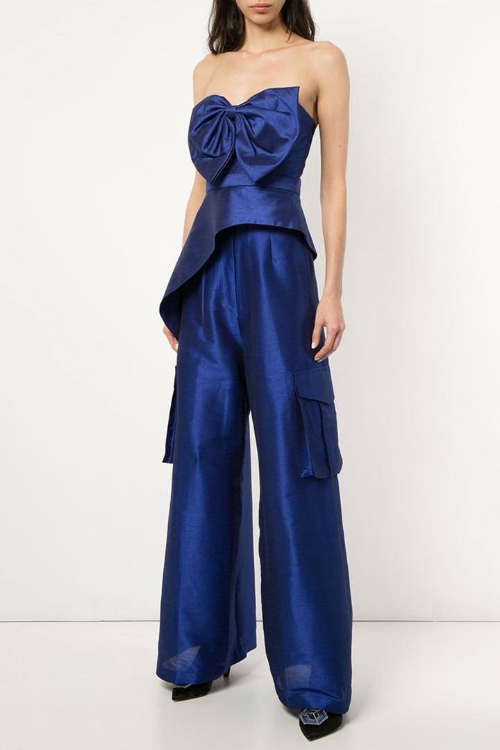 Para las fiestas nocturnas también puedes llevar un pantalón cargo, solo elige una bonita tela y un gran moño.