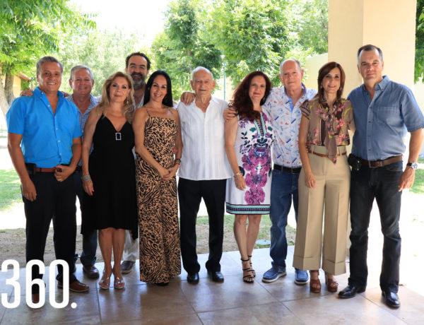 Manuel De la Colina Ramos con sus hijos y respectivas parejas.