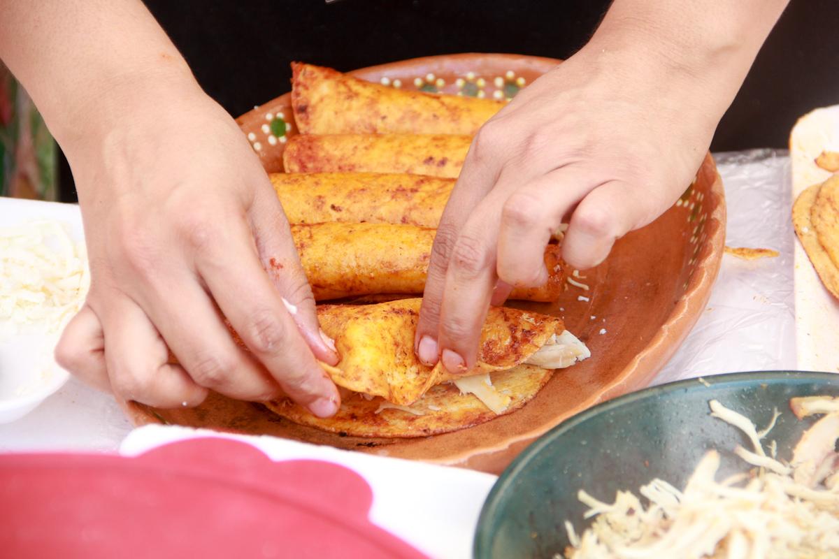 ¡Viva México y su cocina! Durante las fiestas patrias se come de todo, desde moles hasta pozoles, y no podemos olvidarnos de la tradicional enchilada. Este platillo, además de barato, es saludable y muy sencillo de preparar.