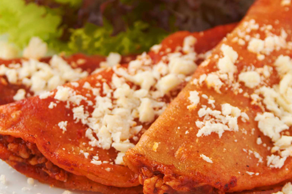 ¡Viva México y su cocina! Durante las fiestas patrias se come de todo, desde moles hasta pozoles, y no podemos olvidarnos de las tradicionales enchiladas. Este platillo, además de barato, es saludable y muy sencillo de preparar.