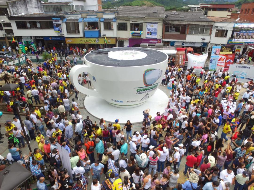 De dicho contenido 1.559 personas degustaron simultáneamente la bebida típica colombiana logrando el segundo récord Guinness al mayor número de personas tomando café.