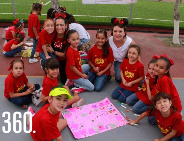 """Liliana Zamora y Wendy Ramírez con su equipo """"Princesas, Arcoiris, Unicornios""""."""
