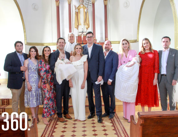 Sebastián y Emiliana con sus padres y padrinos.