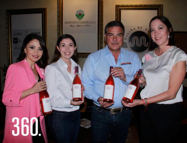 Norma Montemayor, Roberta Ramón, Chuy María Ramón dueño de la Vinícola El Fortín y Liliana Elizondo presidenta del Grupo Reto Coahuila muestran el vino edición especial Rosé Malbec cosecha 2019.