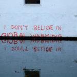 A pesar de la evidencia científica, famosos y políticos aún niegan la existencia de la crisis climática.