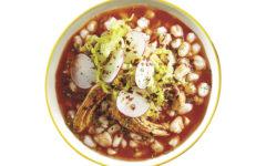 El pozole, de raíces prehispánicas, es uno de los platillos representativos de la gastronomía mexicana.