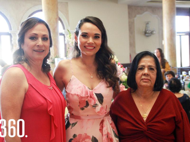 Yuri con su madre y suegra, Yuri Benavides y María de la Luz Beltrán.