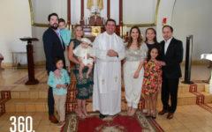 Gerónimo acompañado por sus padrinos, Cafi Ferreira y Mariangela González, sus padres, Greta Espinoza y Ángel Berkowitz, Leo y Luca Ferreirra, y sus hermanas Mariangela y Greta Berkowitz.