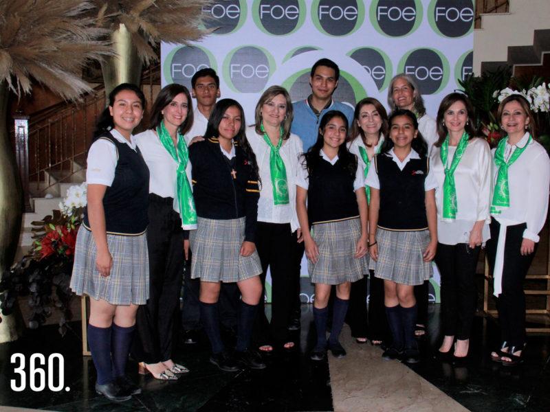 Marú Garza de López y las integrantes de la Fundación de Oportunidades Educativas (FOE) acompañadas por becarios estudiantes del INTEC Don Bosco.