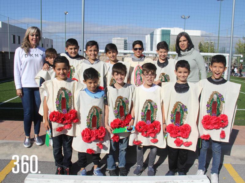 Liza de León y Mónica Agüero con su grupo del cuarto grado del Colegio Americano de Saltillo.