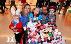 """Elissabetta """"Alicia"""" con sus padres, Lorena González, Fabio Gentiloni y sus hermanos Luca """"El Conejo"""" y Massimo """"El Sombrerero Loco""""."""