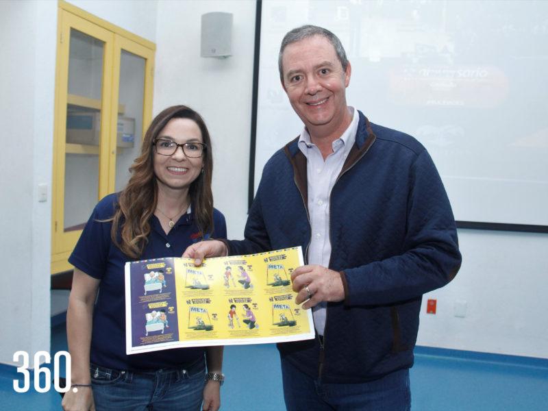 Ayme Aguirre directora del club NET Saltillo entregó unas calcas a Herminio Rodríguez director general del CRIT Coahuila.