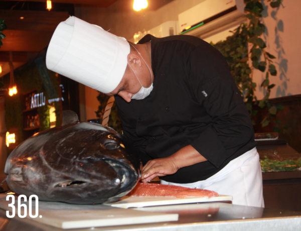 Chef Sotelo cortando el pescado.