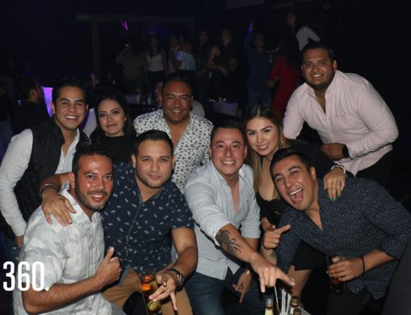 Grupo de amigos festejando en Black.