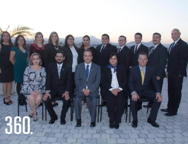 Los egresados de maestría de la Universidad Iberoamericana Centro de Extensión Saltillo acompañados por el sacerdote jesuita y rector de la universidad Guillermo Prieto Salinas y autoridades universitarias.