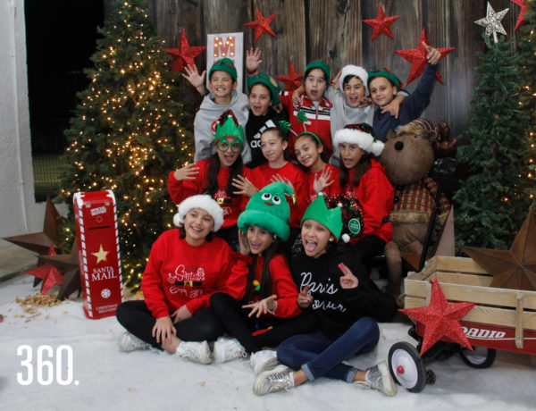 Los alumnos del sexto grado se tomaron la foto en el set navideño.