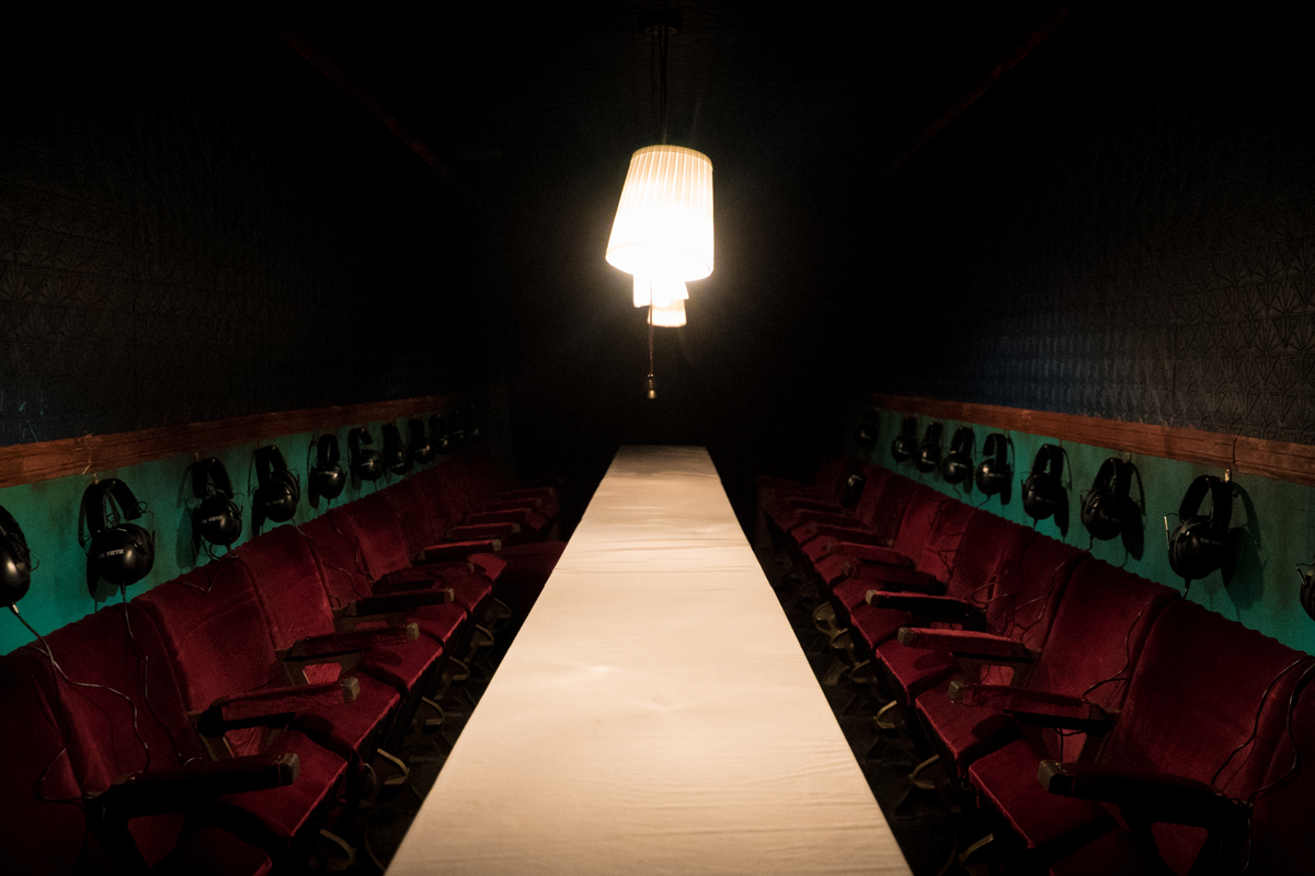 La obra de teatro inmersivo utiliza los sentidos del oído y del tacto para introducir al espectador en la historia.