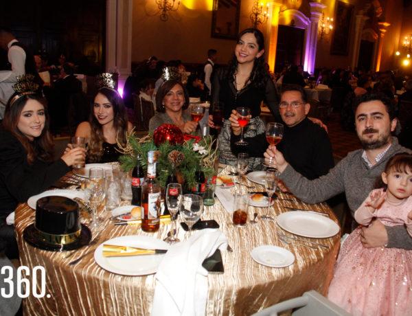"""Los integrantes de la familia Sandoval brindaron antes de dar la bienvenida al 2020 en el salón """"Los Ángeles"""", del hotel Quinta Real."""