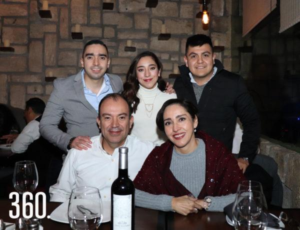 Carlos Adrián Morquecho, Carlos Morquecho, María Esther Torres, Javier Valerio y Daniela Morquecho.