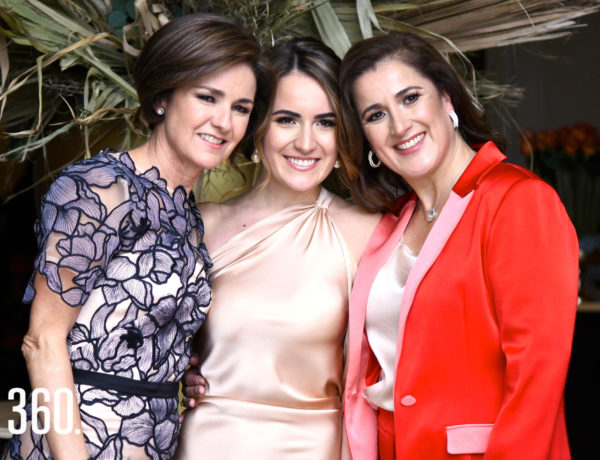 Claudia López Cárdenas con su mamá Claudia Cárdenas de López y su suegra Yoyis Flores de Pérez.