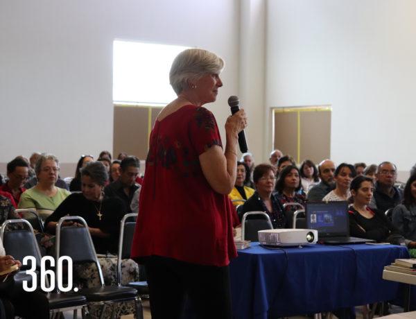 La plática tuvo lugar en el salón de usos múltiples de Harmony School.