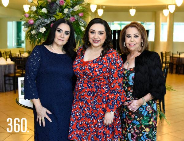 Mirhelle De León con su mamá de Martha Becerro y su suegra María Elisa Dávila.