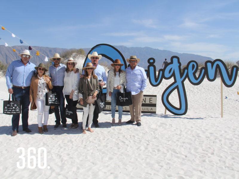 """Grupos de amigos disfrutaron del evento """"Origen, Food, Wine Experience"""", en las Dunas de Yeso de Cuatro Ciénegas."""