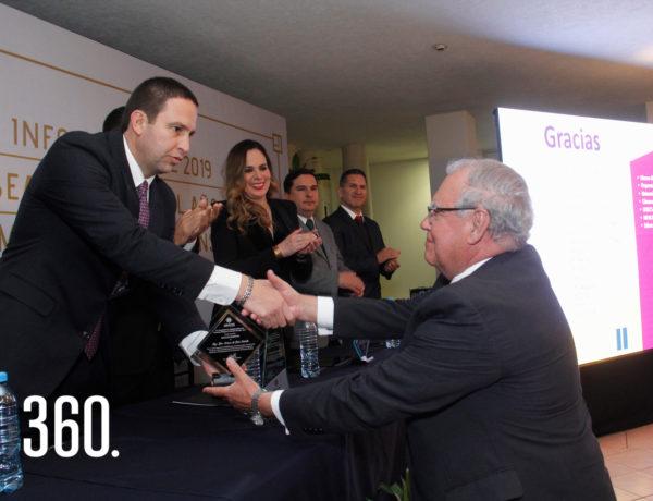 Javier Díaz entrega el reconocimiento a Luis Arturo de León Cabello.