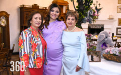 Angélica Galán de la Garza con su mamá Lolita Galán y su suegra Natalia Soto.