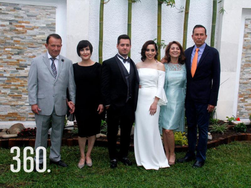 Los novios acompañados por los padres de Paulina.