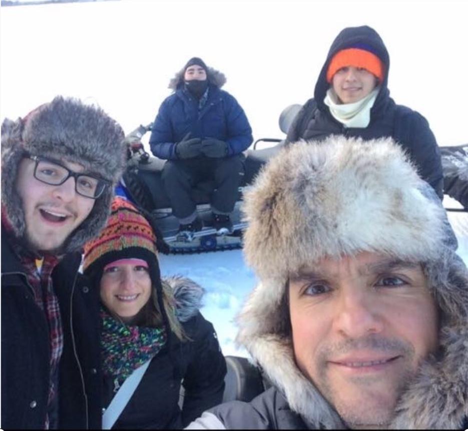 Leonel y su familia pescando en un lago helado en Minnesota.