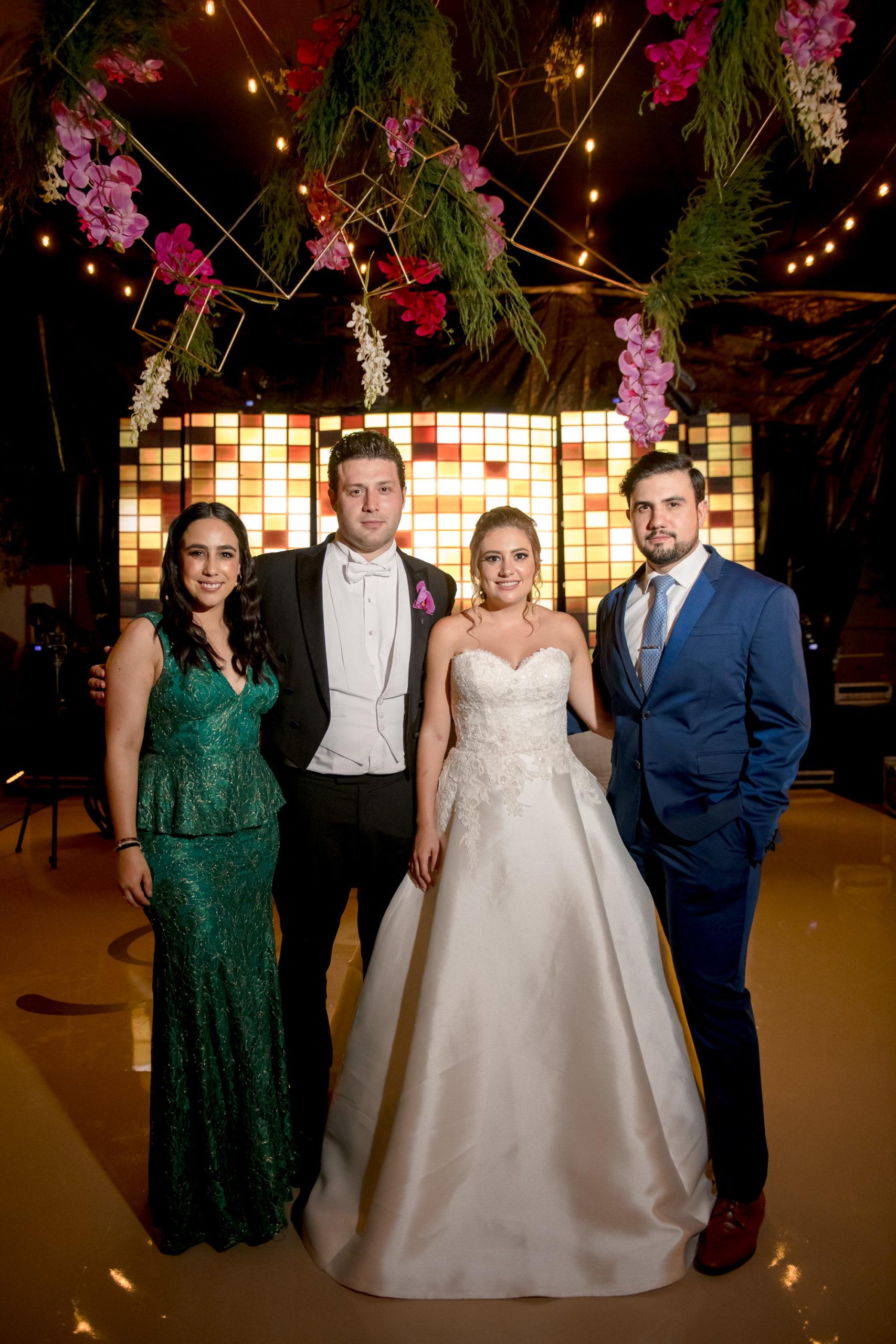 Marialy Jiménez y Hugo Valdes con los novios.