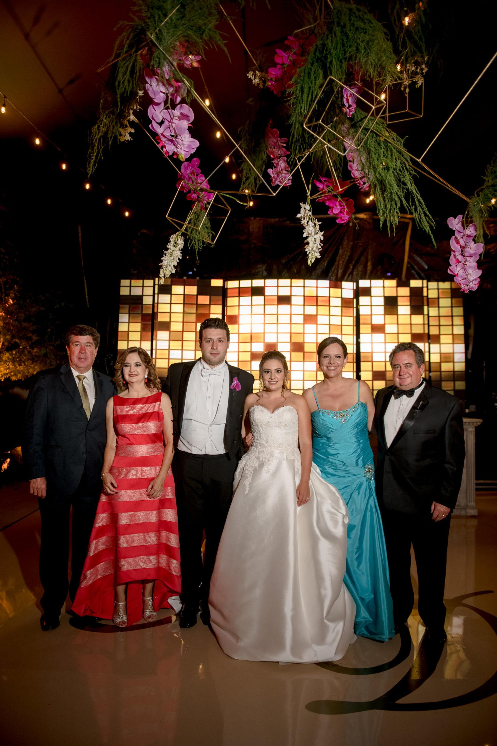 Sergio Arsuaga y Fernanda Osuna, los novios, Guillermo Osuna y Patricia Flores con los novios.