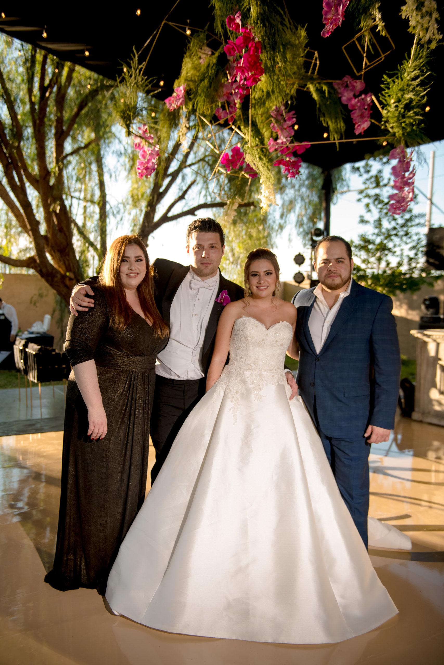 Samantha Natividad y Jesús Rodríguez con los recién casados.