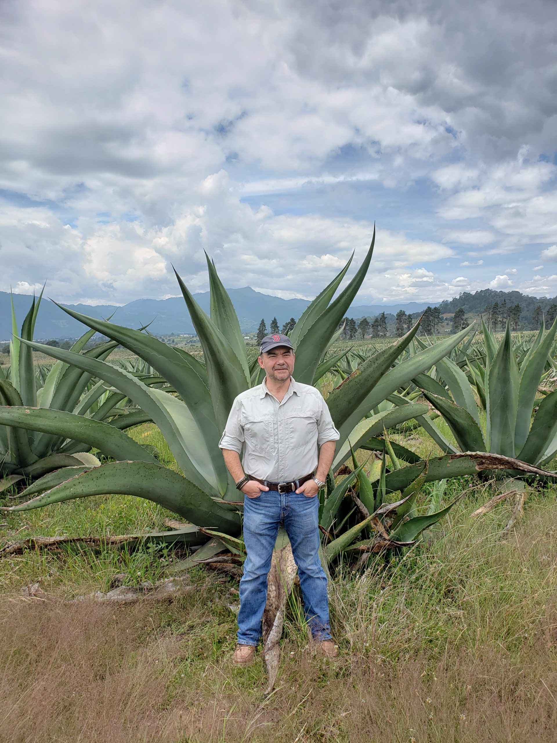 Oscar en Zacatlán de las Manzanas, Puebla. Agave Salmiana, materia prima para el destilado de pulque (Mitotl Coahvilteca).
