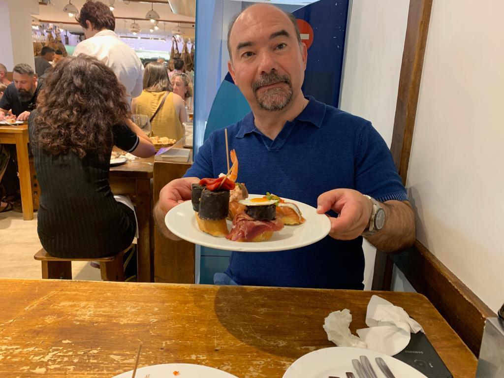 Oscar a punto de almorzar unos pinchos en el Gandarias, un bar de tapas de Donostia-San Sebastián, en España.