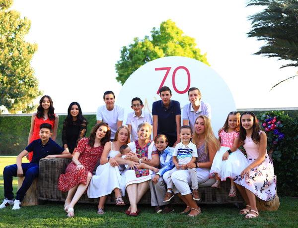 Belinda con todos sus nietos durante su celebración de 70 años.