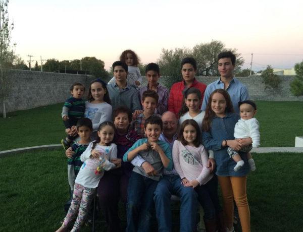 El señor Francisco Javier y la señora Laura Garza con sus 15 nietos.