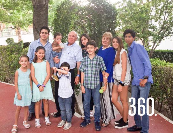 Héctor y Elsa María durante un festejo, rodeados de todos sus nietos.