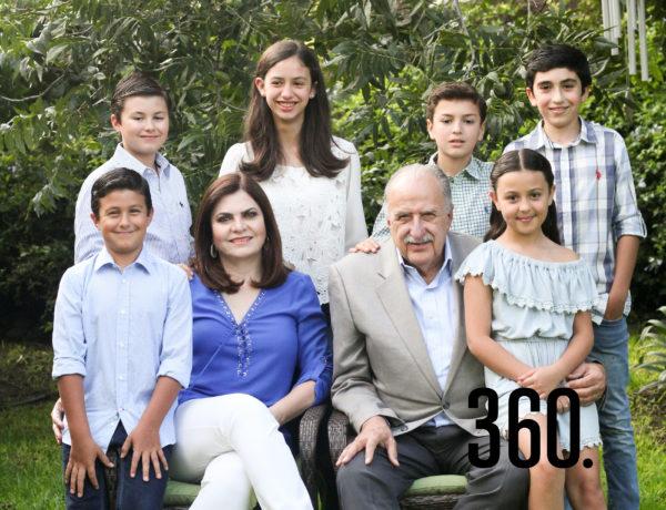 Rodolfo José y María Esther con todos sus nietos.