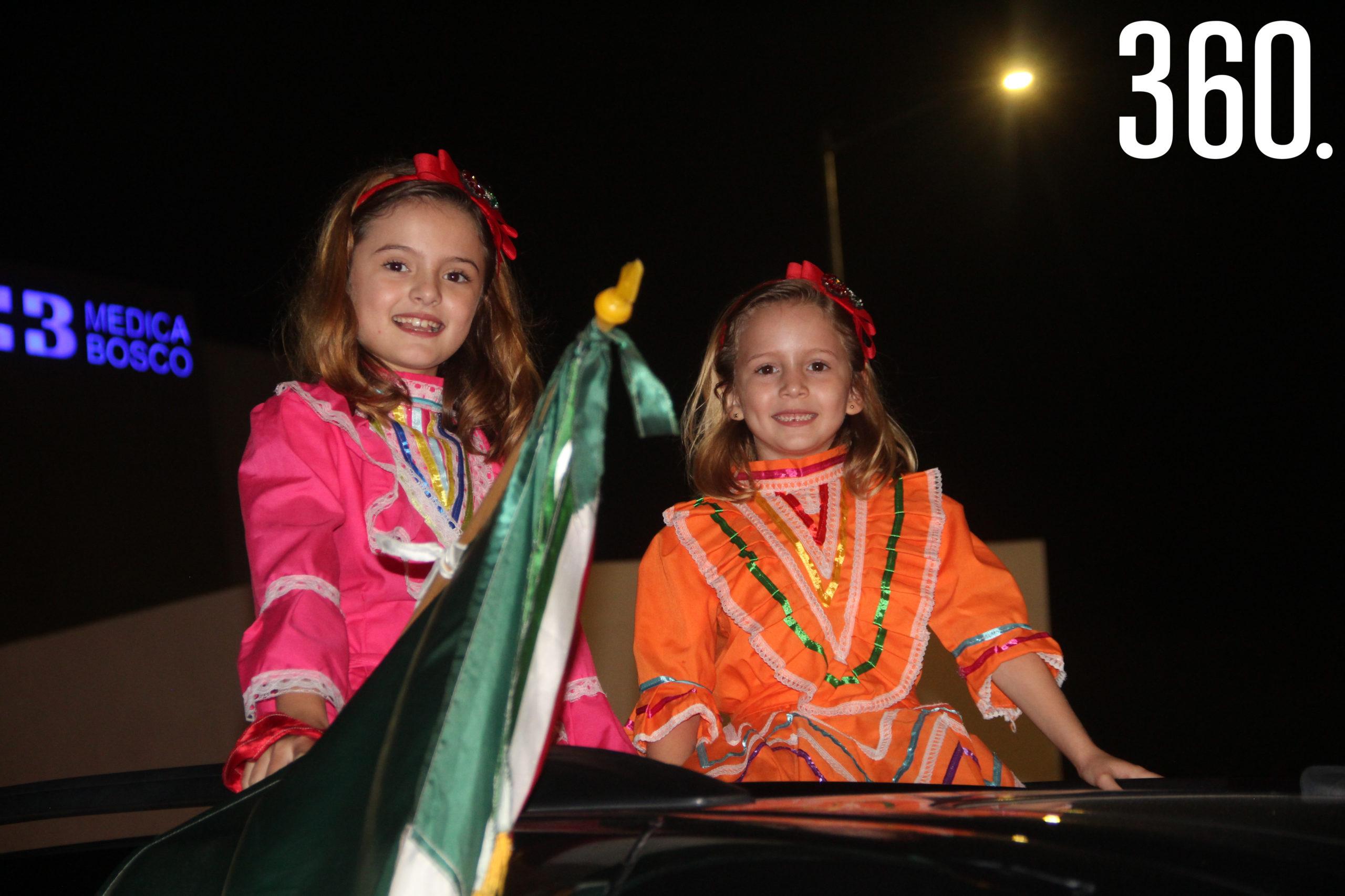 Las niñas vistieron trajes típicos.