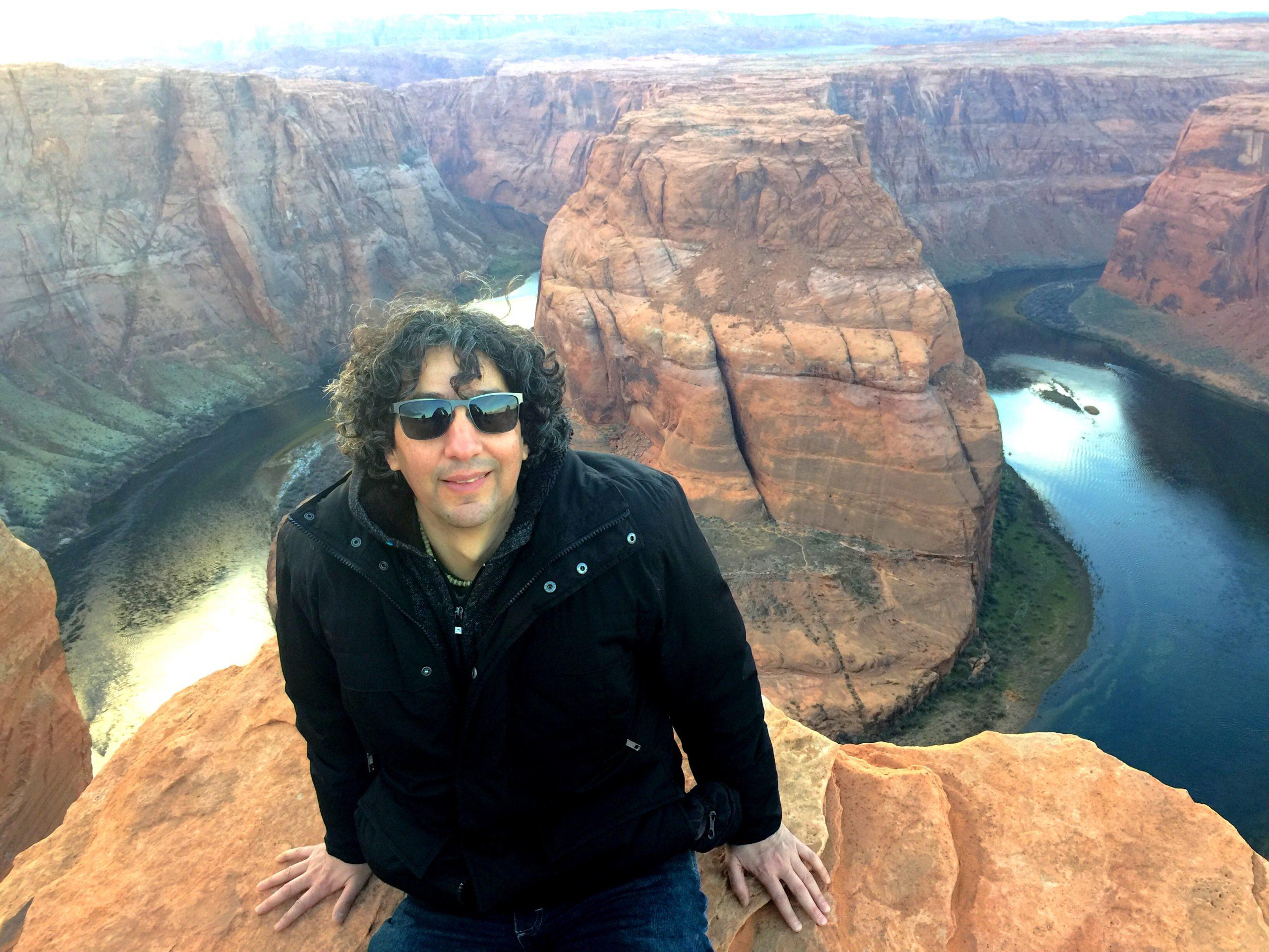 """Víctor Hugo en el cañón """"Horseshoe Bend"""", en Page, Arizona, llamado así por su forma de herradura de caballo. Toda el área está llena de maravillas naturales."""