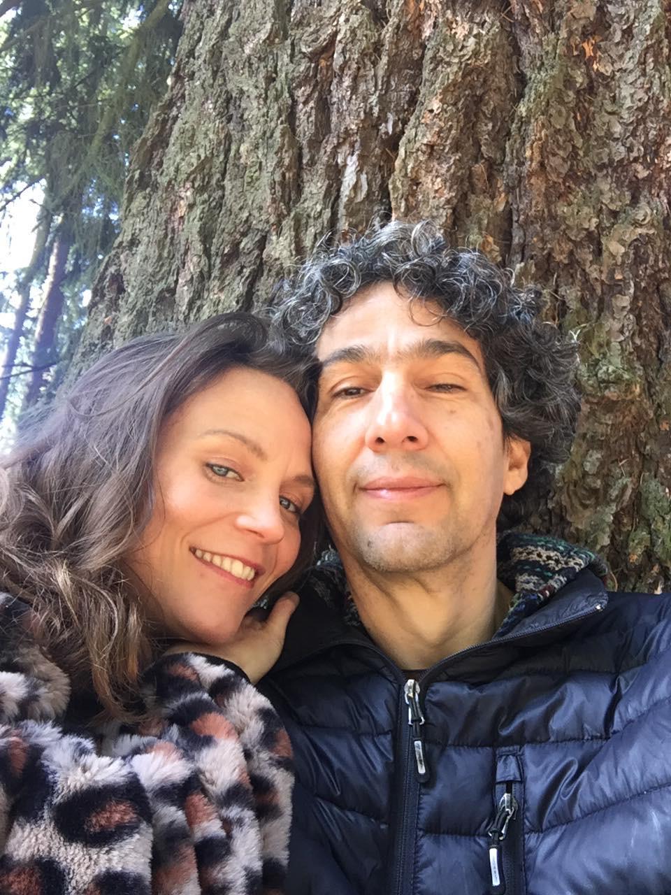 Víctor Hugo con su pareja, Eliza Rinaldi, quien también es educadora.