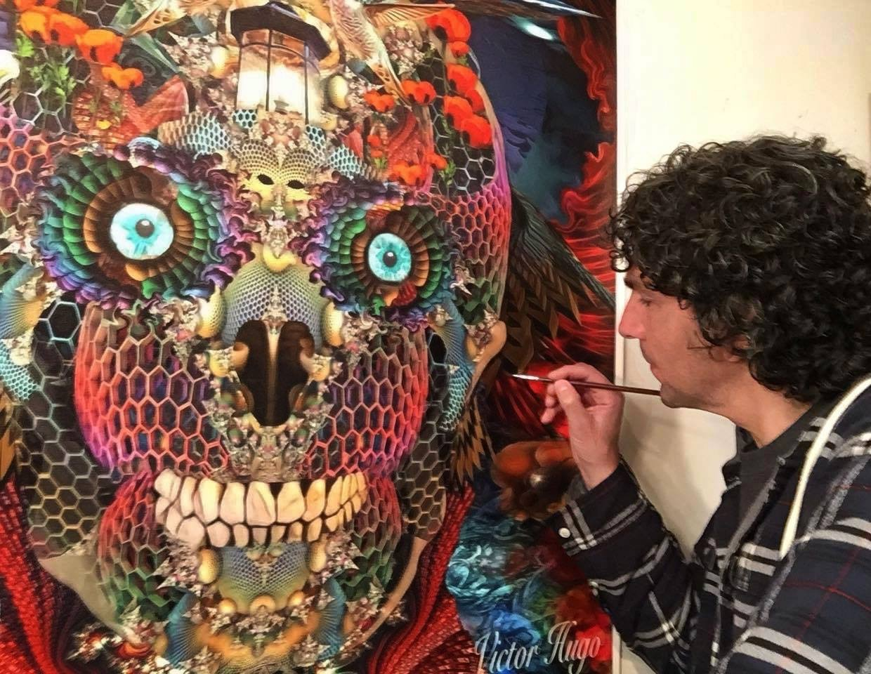 Víctor Hugo trabajando en uno de sus cuadros.