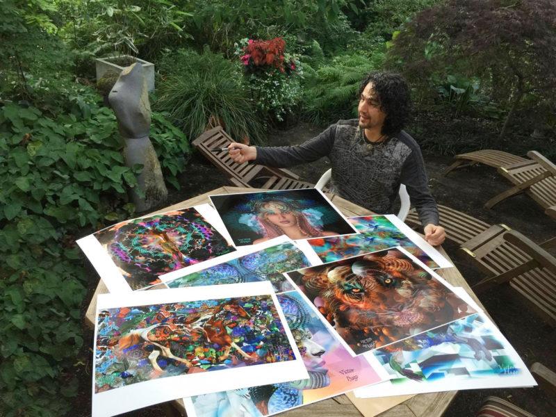 Víctor Hugo con algunas de sus obras.