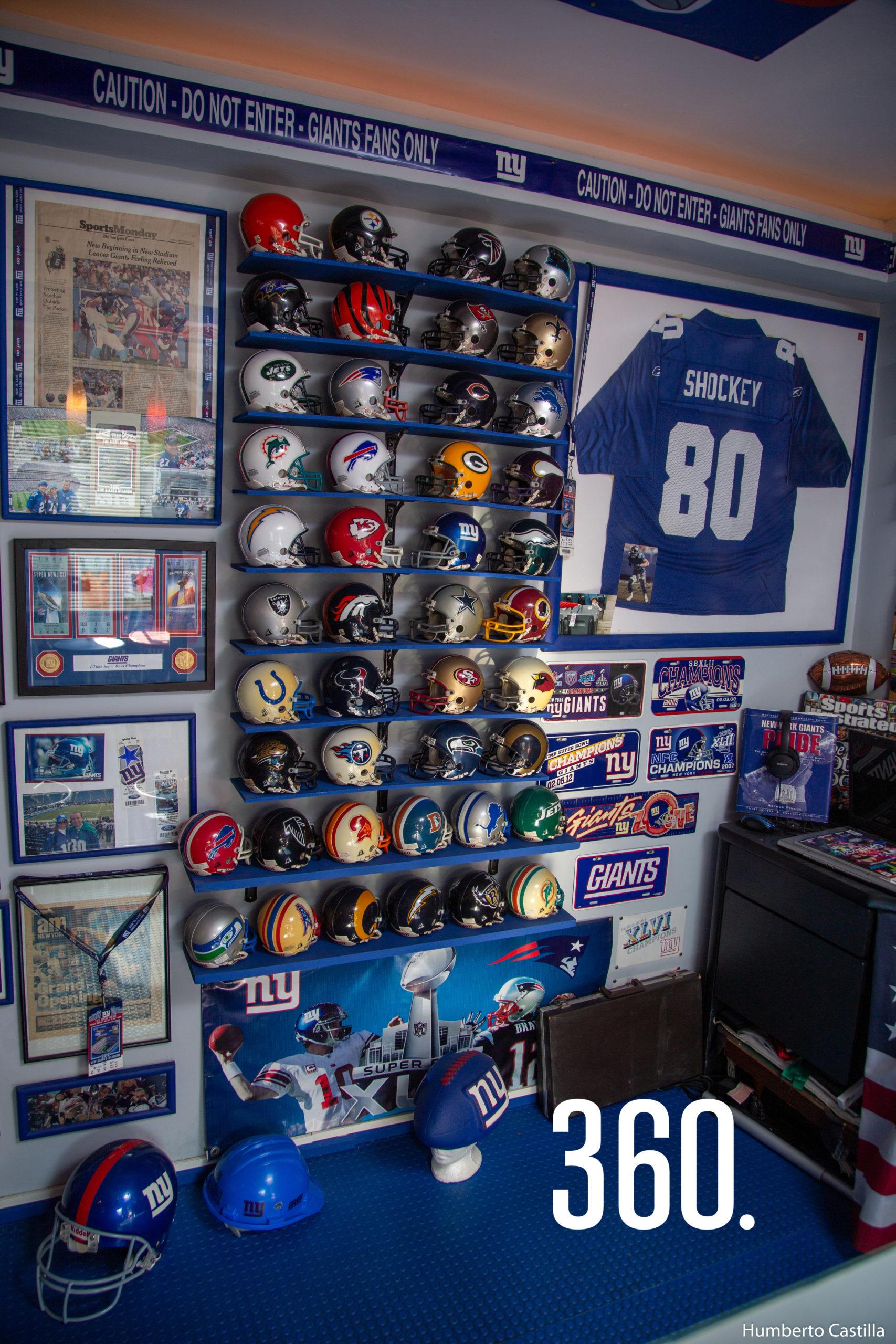 Sus cascos y trofeos son las piezas que más aprecia de su colección.