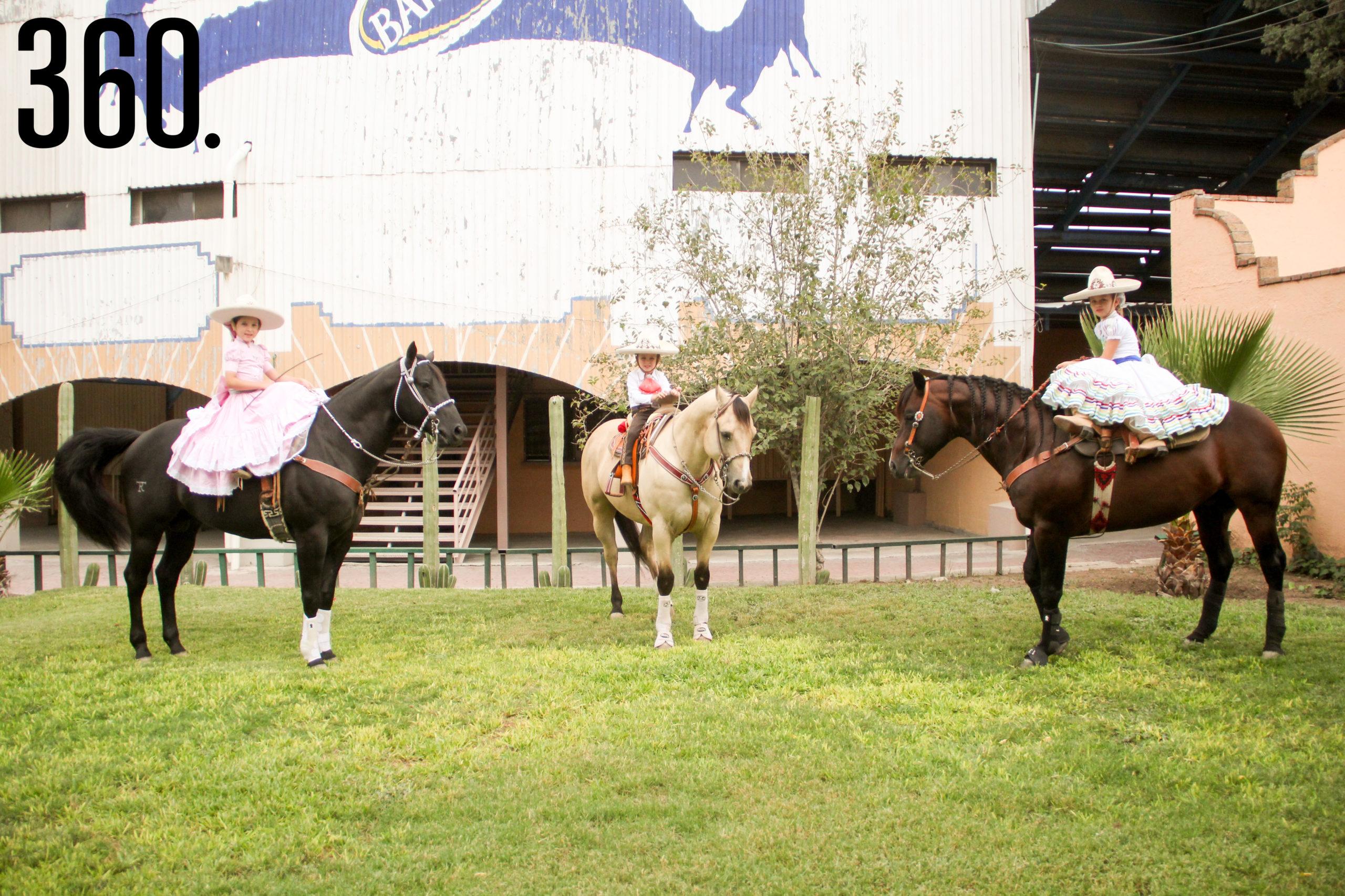 La Federación Mexicana de Charrería, en su reglamento de competencias, considera Categoría Dientes de Leche a los Charros y Escaramuzas de los 5 a los 10 años de edad.